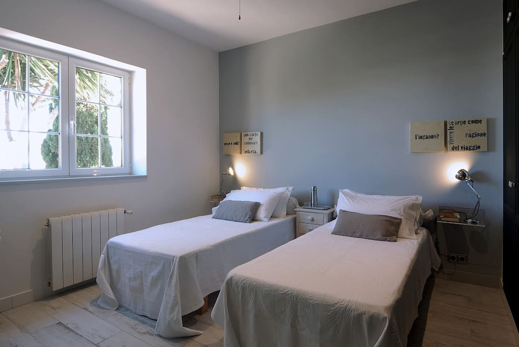 Casa Bonita Menorca: Confucio, room with two beds (90x190 cm: can be also a King Size Bed 180x190 cm) -, with private bath en suite.