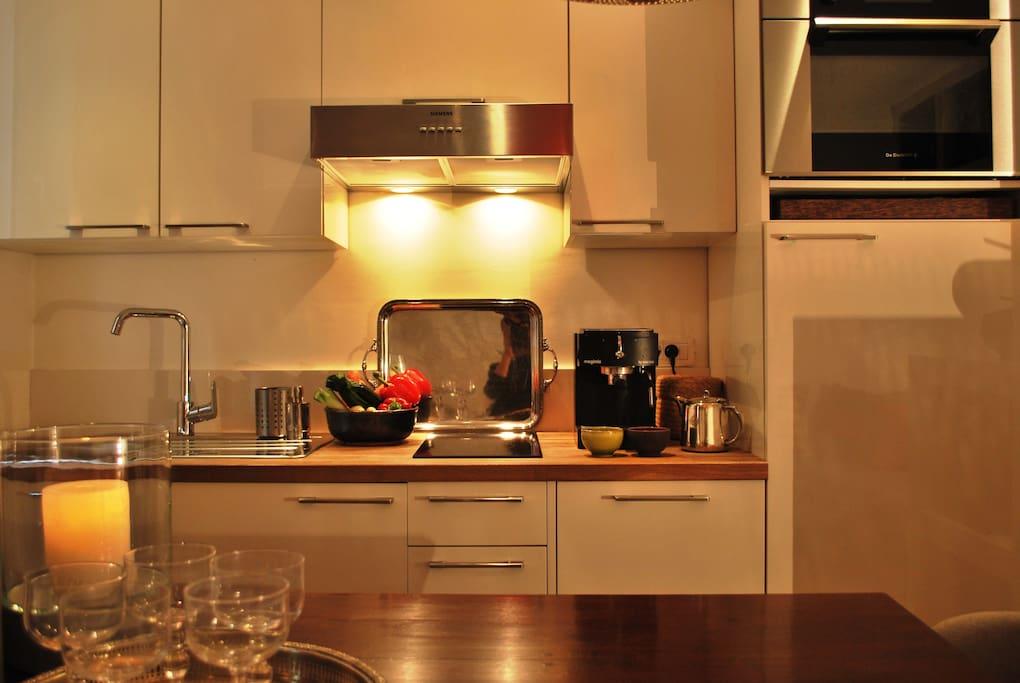 Tout pour cuisiner. cuisine équipée neuf: four multi fonction. plaque céramique. congélateur/ frigo.....