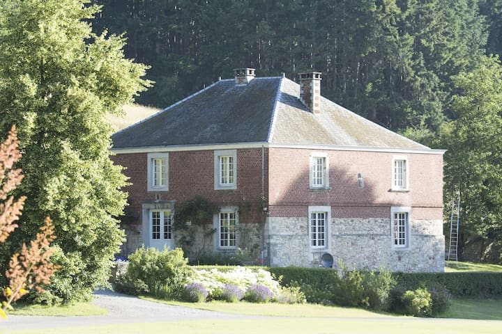 Detached holiday home in a castle park near the center of Huy