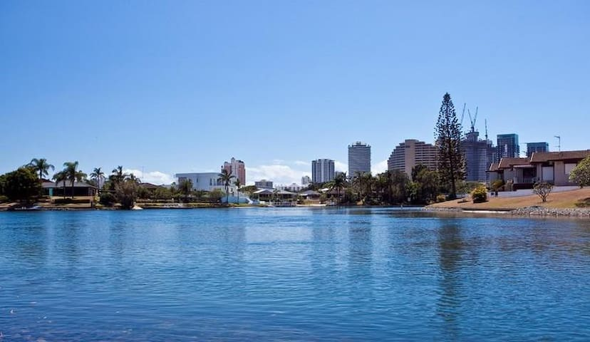 Chic Broadbeach Apartment - Broadbeach Waters