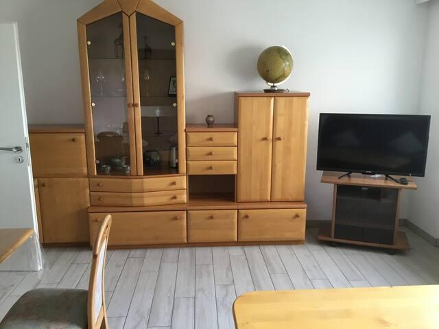 Wohn- Esszimmer mit grosser Wohnwand und Fernseher