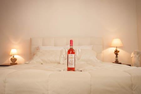 Amantes Amentes - Beach House Santorini