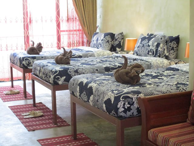Room with 3 beds at Pai center