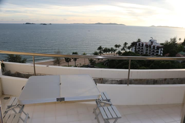 Homey and Cozy Beachfront Apartment at Rayong