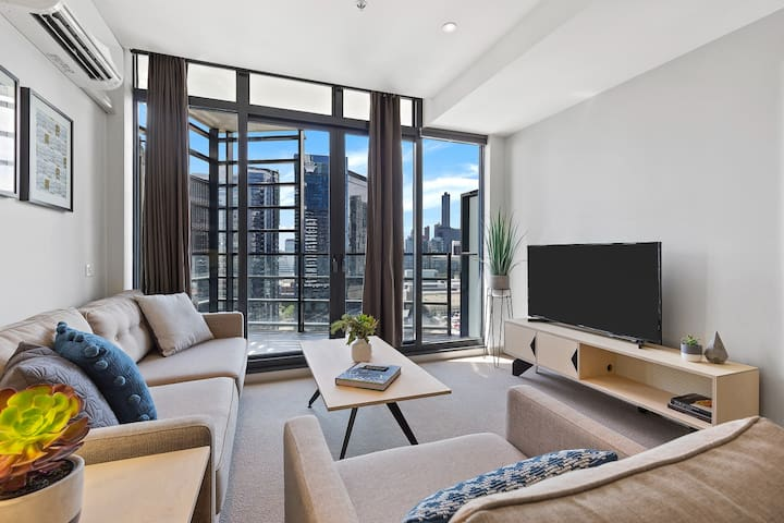 Leia: 2BD Melbourne home with NETFLIX SPA and Pool