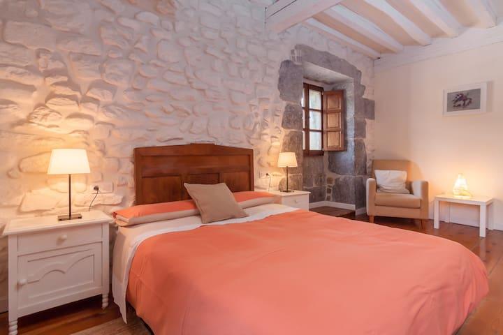 Preciosa habitación  en antigua casona montañesa