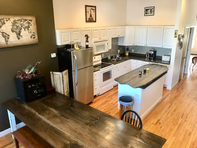 Downtown Renovated Historical Brownstone 2BR