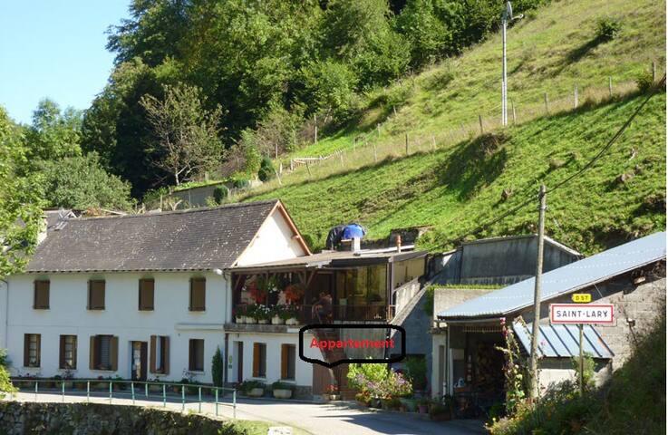 Appartement dans maison de village. - Saint-Lary