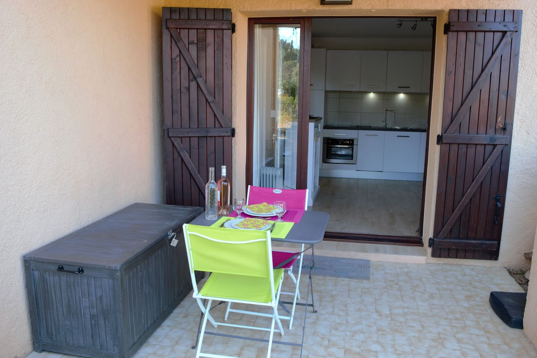 Terrasse en rez de jardin a la fraicheur des soirées chaudes de l'été