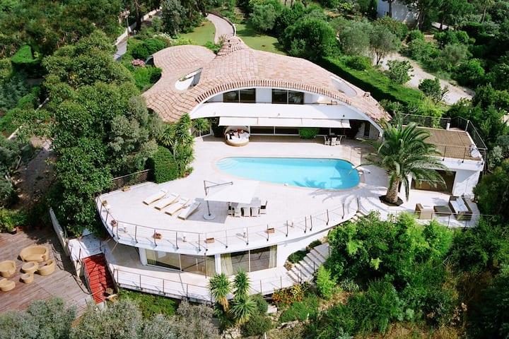 Luxury celebrity villa Oxygene in Super Cannes