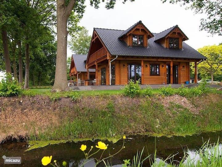 """Fantastische houten villa """"Tine"""" met wifi, tuin, balkon, terras en sauna; parkeerplaatsen beschikbaar"""