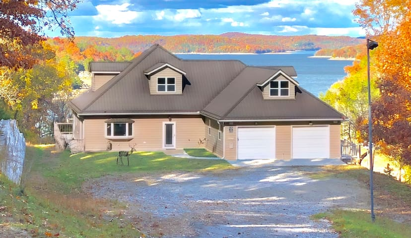 NEW!! Hobbs Haus, Lakefront, Giant Decks ON Beaver Lake, Hot Tub, Game Room, Handicap Access