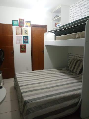 1º andar - Suite 1 - camas e porta banheiro