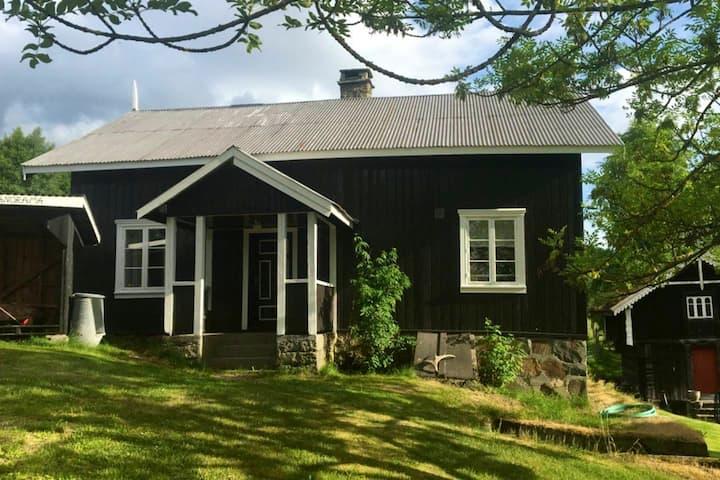 Gammelt, sjarmerende hus på Søgard Veum, Fyresdal
