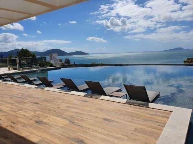 Apartamento em condomínio de frente para o mar!