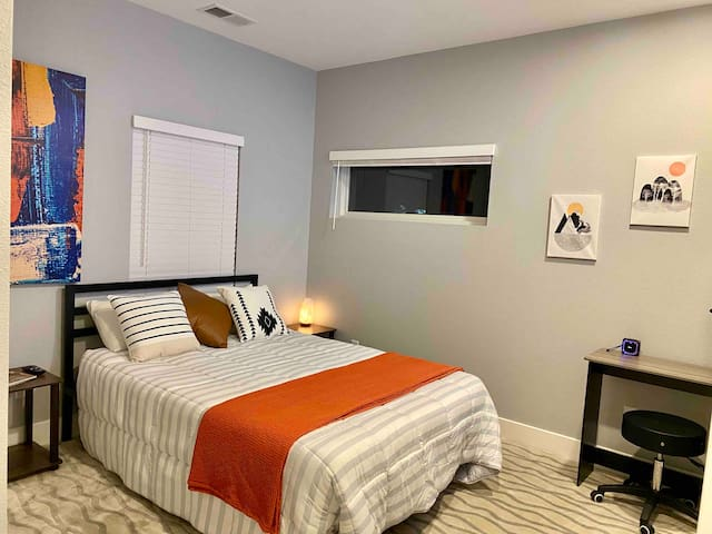 Sunset Room, New in Midtown + Smart TV + Desk