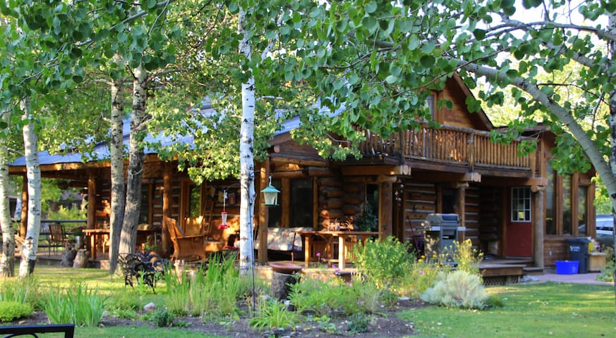 Classic log home with everything - Hailey - House