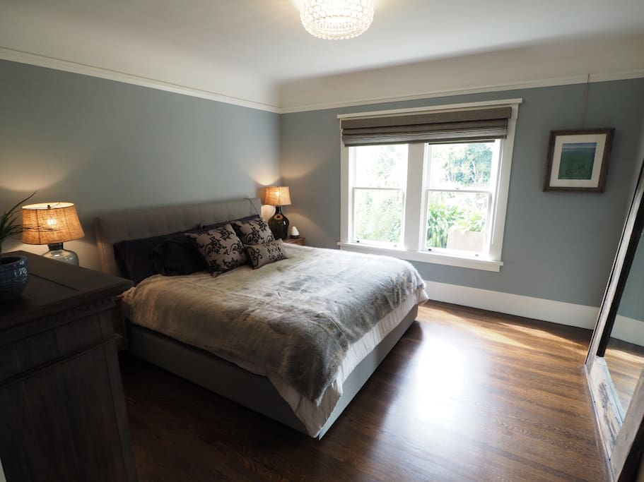 Master bedroom with a king bed! Overlooks the garden. Blackout shades. Quiet.