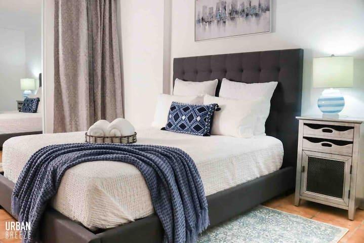 Tercera habitación con aire acondicionado y cama queen.