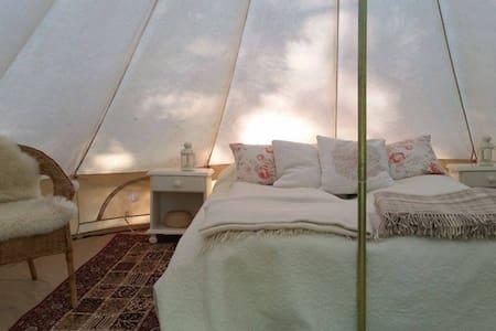 Glamping (glamorøs camping) i møblerte telt - Jevnaker