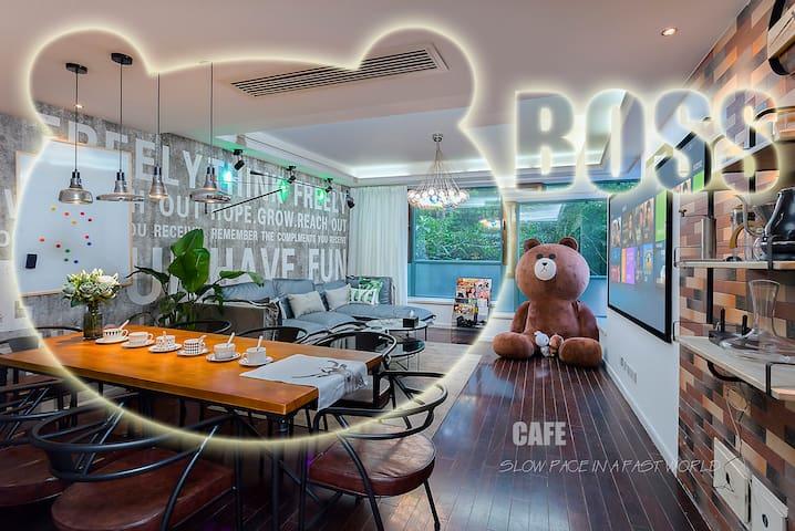 『扣肉民宿&Boss Cafe』巨型布朗熊玩偶,可住8人,近新博览,磁悬浮、2/7/16号线直达