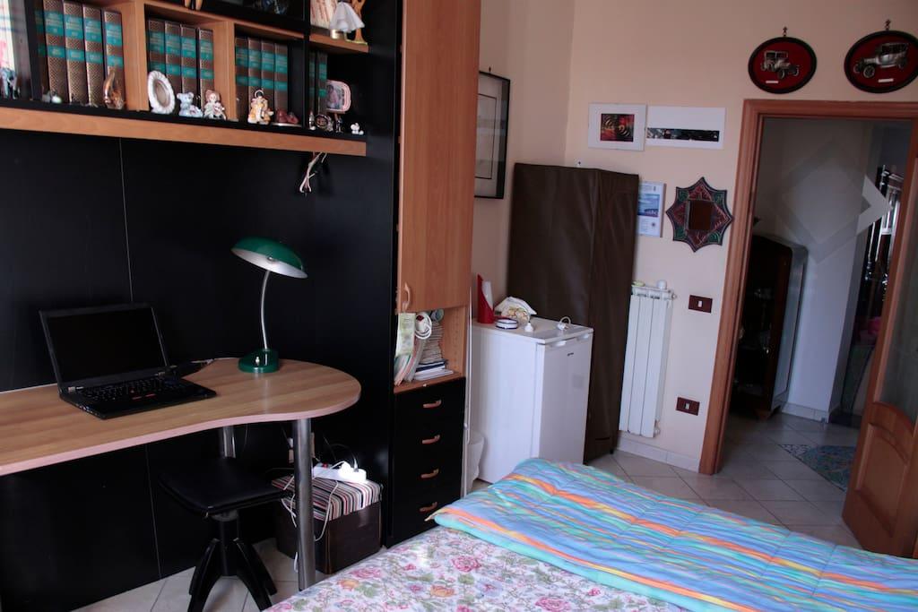 Camera con frigo personale, piccolo armadio e scrivania