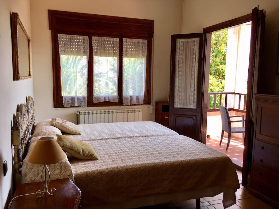 Habitación suite con baño y terraza privada.