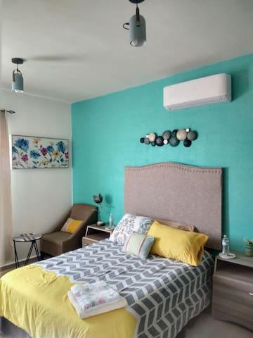 confortable y bella recamara principal en planta alta con sofá y mesa para realizar  tu trabajo en tu laptop o merendar