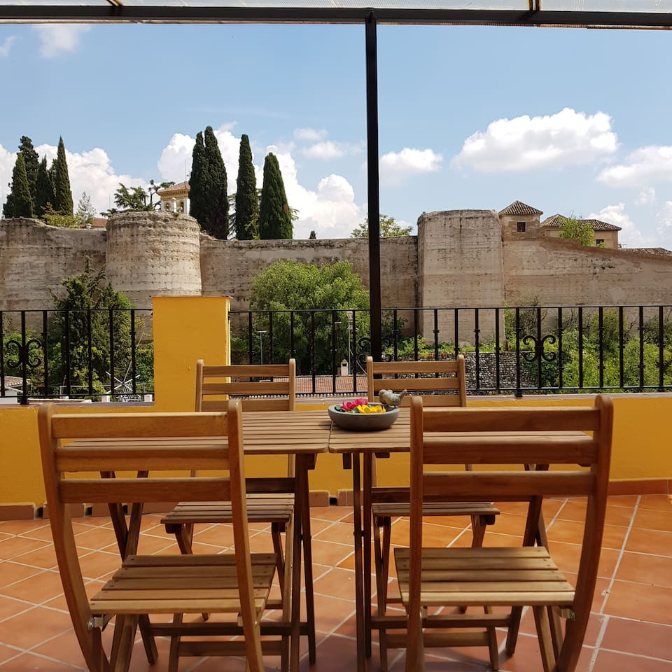 Terraza con vistas a la Muralla Nazari