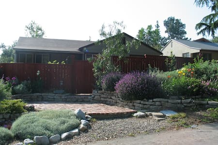 Bright airy studio in mtn foothills - Altadena - อพาร์ทเมนท์