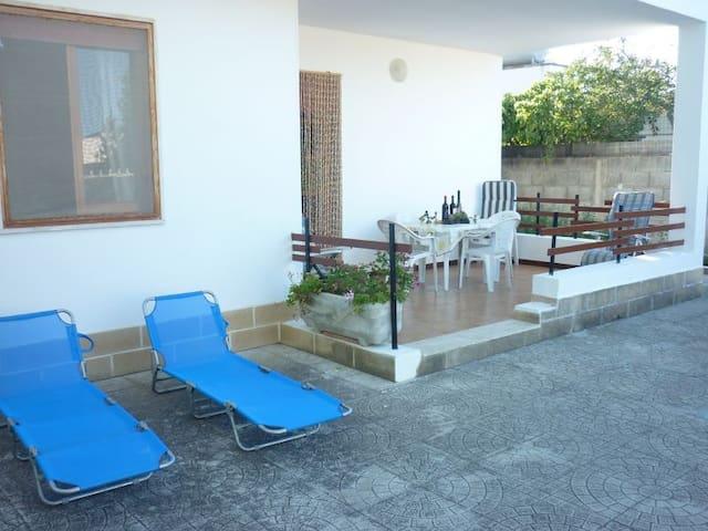 Villa a Torre Specchia e giardino 350 mt spiaggia - Torre Specchia Ruggeri - วิลล่า