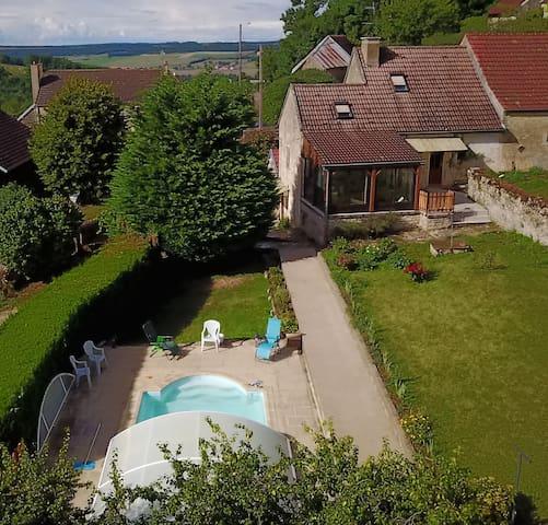 Gite Sous le Château avec piscine jardin verger