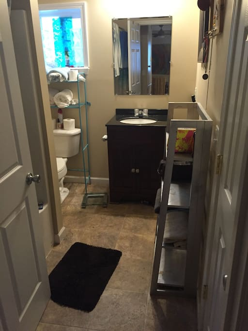Nice modern bathroom.