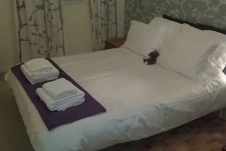 Spacious double bedroom in a quiet location - Maison