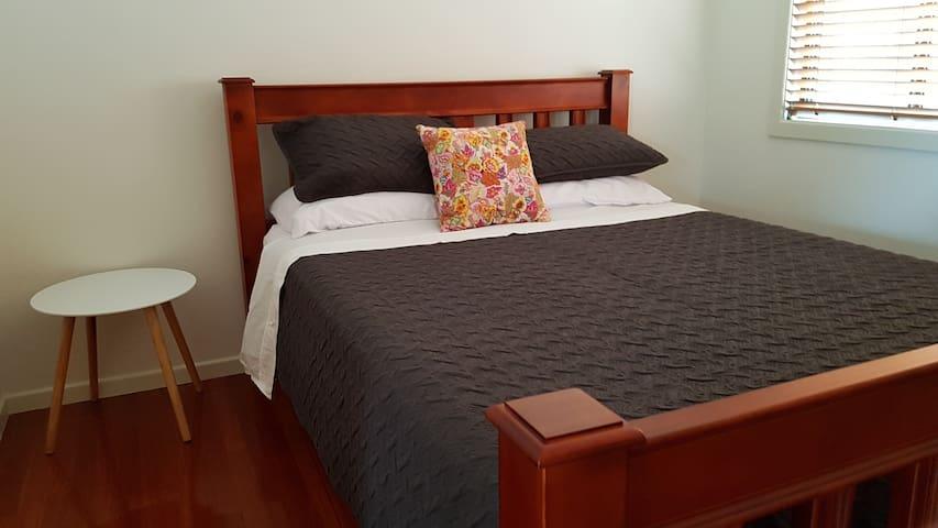 2 bedroom with Queen bed