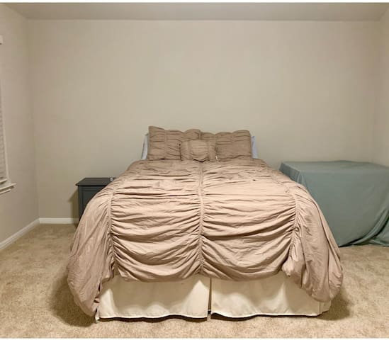 Room with queen bed
