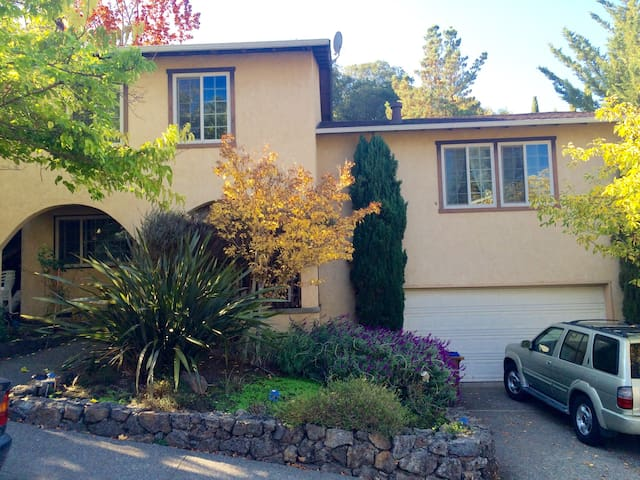 2 Guest Rooms 2bed/1bath in Classic Marin Home
