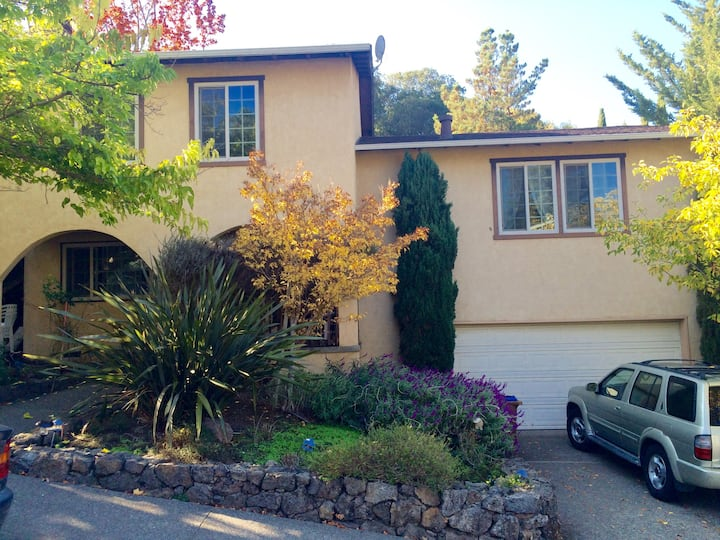 2 Guest Rooms / Private ba in Classic Marin Home.