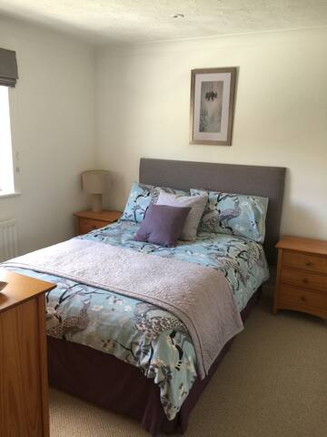 Lovely Double Room with Bathroom - Church Crookham - House