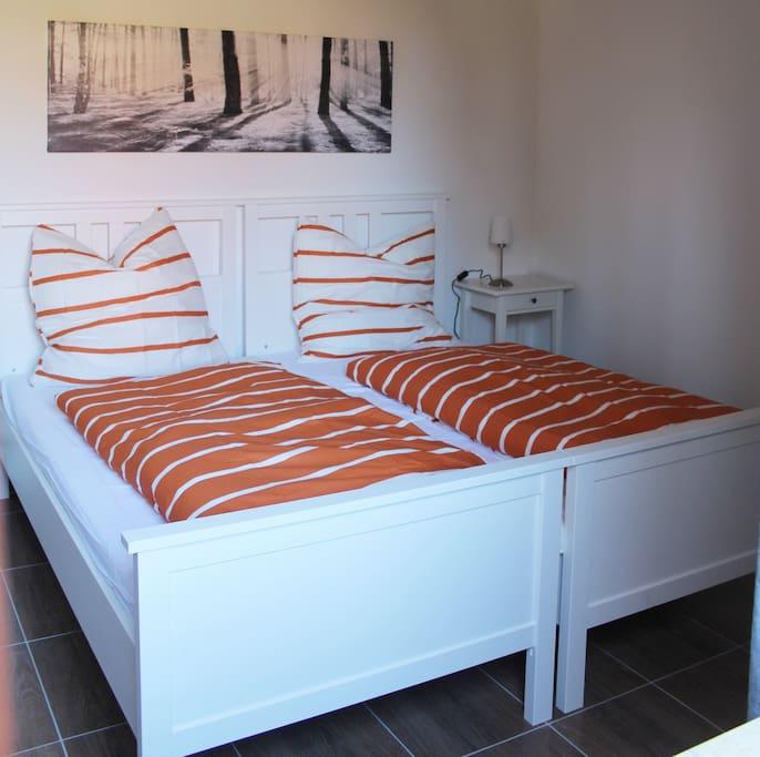 Schlafzimmer mit zusammengestellten Betten