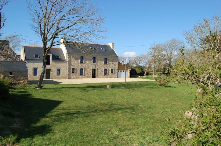 Maison familiale typiquement bretonne avec jardin