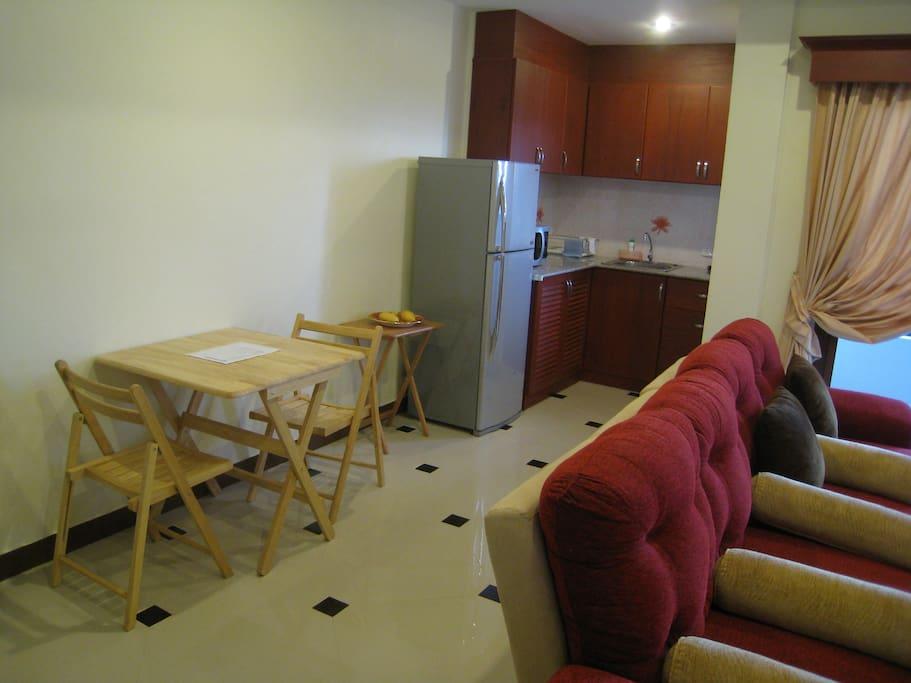 Séjour et coin cuisine / Living room with kitchen area
