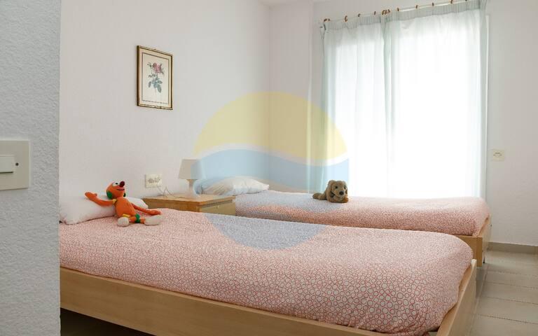 Habitación con 2 camas individuales, y acceso directo a terraza y preciosas vistas al mar