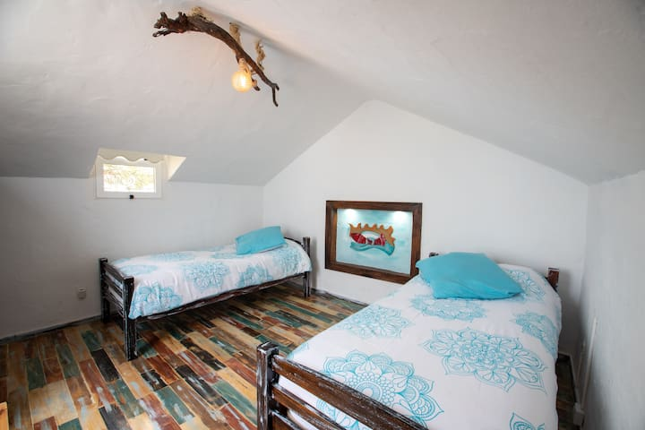 5.- 5ª habitación bajo petición en el ático, con dos camas de 90cm / BR 5 on the attic with 2 single beds, under request