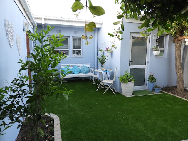 Bright, cosy, pet friendly,   with garden +aircon