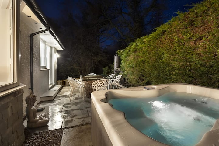 Woodlands Retreat with Hot Tub