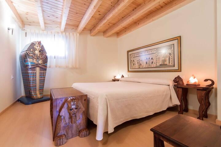 Dormitorio Egipto, el armario es un sarcófago