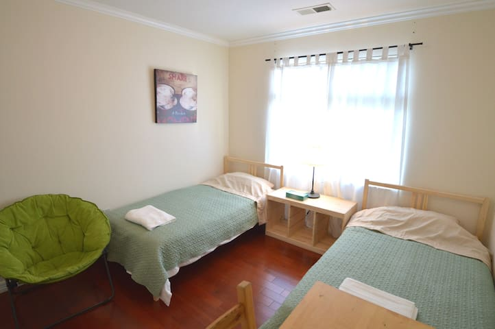 1333E Double Twin Bedroom w/ Shared Bath near SFO
