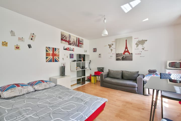 "Come Scream ""Je T'Aime Paris"" In This Central Flat"