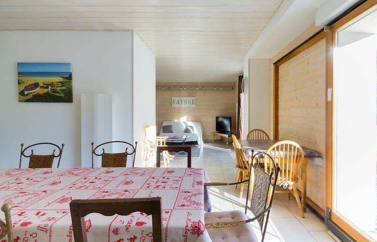 La cuisine est séparée du salon mais néanmoins très proche,  l'ensemble fait environ 38 m2